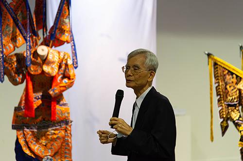 中央大學崑曲博物館館長洪惟助表示,此次是結合「崑腔武戲」與「裝置藝術」的大膽實驗性展出。王俊棠攝