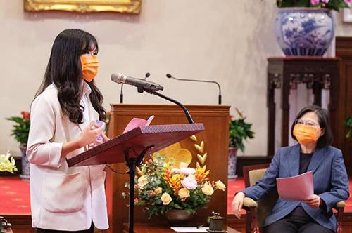 中央大學土木系曾靖琇同學在總統府擔任獲獎學生致詞代表。照片總統府提供