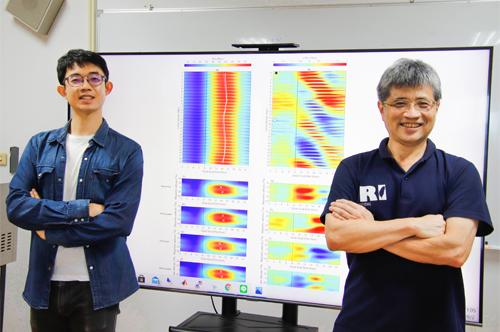 中央大學太空科學與工程學系博士生吳宗祐(左)在劉正彥教授指導下於電離層赤道異常區域觀測提出全新觀點,其成果於今年發表於《科學報導》(Scientific Reports)。陳如枝攝。