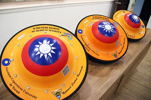 外觀狀似「飛碟」的海洋浮球,中間印有國旗,週邊印有國立中央大學、波蘭哥白尼大學和國家海洋研究院三方合作單位。陳如枝攝