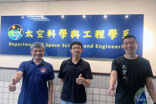 研究過程中中大太空系張起維教授(右)團隊也給予許多專業建議,使研究成果更臻完善。圖左及圖中分別為劉正彥教授及博士生吳宗祐。太空系提供。