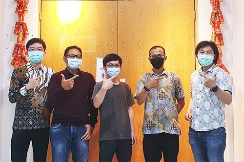 本校企管所博士班學生Irfandi Djailani(右二)跨校共組的團隊摘下國際黑客松創意競賽冠軍。照片Irfandi Djailani提供