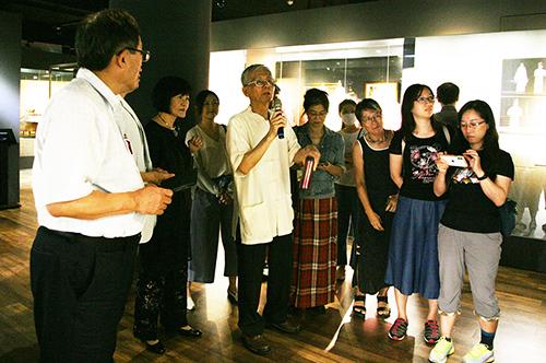 中央大學崑曲博物館館長洪惟助教授帶領貴賓參訪崑曲博物館。照片崑曲博物館提供