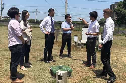 大氣系王聖翔教授(右二)介紹大氣水文測站中降雨監測設備及分析原理。照片地科學院提供